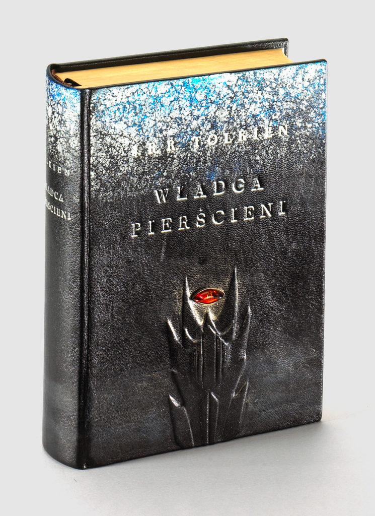 Tolkien J.R.R. — Władca Pierścieni: bibliofilska edycja w artystycznej, ręcznie wykonanej oprawie.