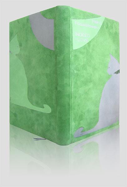 """Unikatowa oprawa zbioru wierszy Haliny Poświatowskiej """"Właśnie kocham - Indeed i Love"""" wykonana technikami: intarsji, skóry koronkowej i tłoczenia na gorąco. Zastosowaliśmy szlifowaną skórę cielęcą w kolorze zielonym oraz licowe: seledynową i jasno-szafirową. Aplikacja koronkowa w kolorze malachitowym. Tłoczenia metaliczne w kolorze szafirowym. Kolorystyka nawiązuje do ulubionego przez poetkę koloru, podobnie jak motyw kota do metafor obecnych w jej wierszach."""