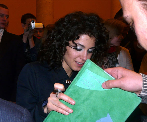 Przedstawiciele Fan Club Katie Melua wręczają artystce unikalną książkę w prezencie.